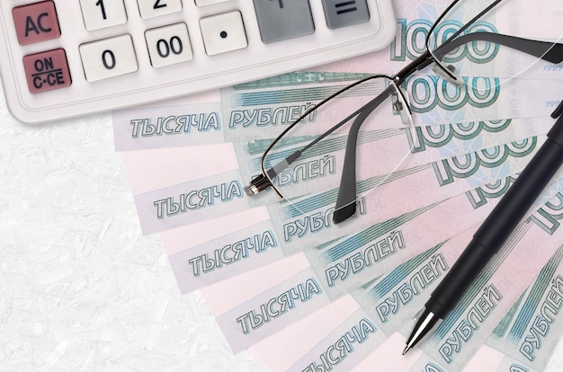 Вентилятор банкнот 1000 рублей и калькулятор с очками и ручкой
