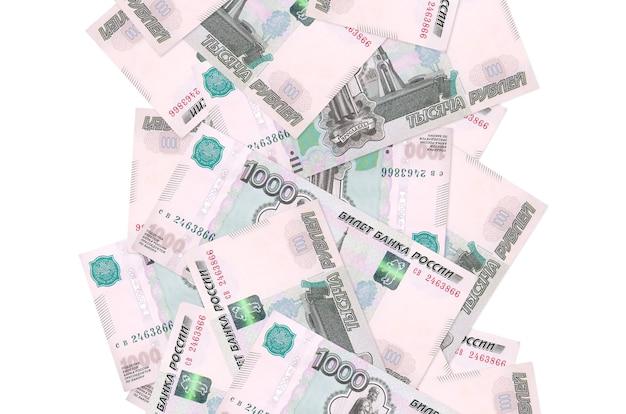 Купюры 1000 российских рублей летят вниз, изолированные на белом