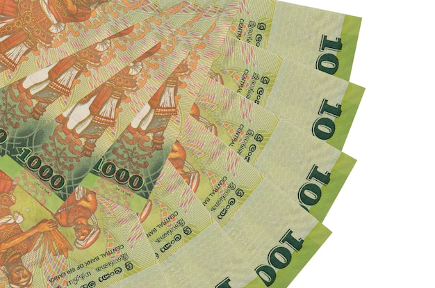 Банкноты в 1000 шри-ланкийских рупий лежат изолированно на белой стене с копией пространства, сложенными в форме вентилятора, крупным планом. концепция финансовых операций