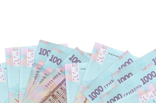 1000ウクライナグリブナの請求書は、コピースペースのある白い壁に隔離された画面の下側にあります。