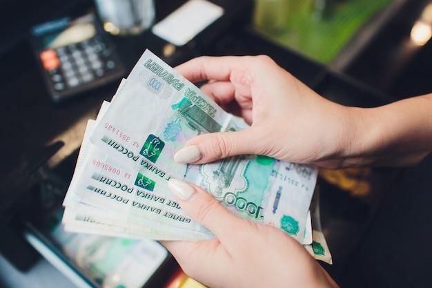 ロシアの1000ルーブルの現金。クレジットの返済。電卓