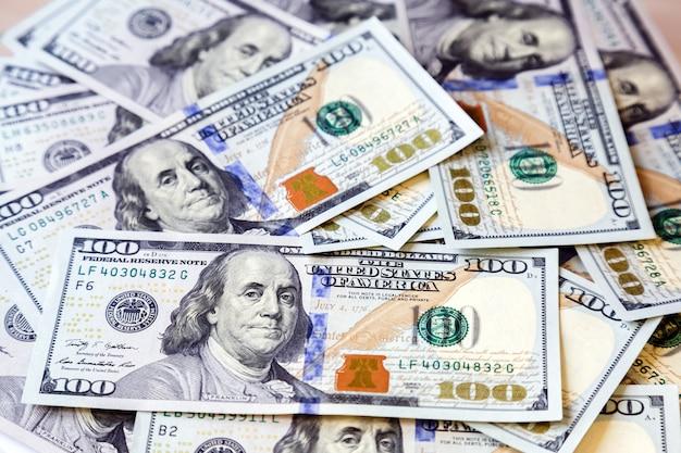 アメリカのお金ドルの背景。新しい100ドル紙幣