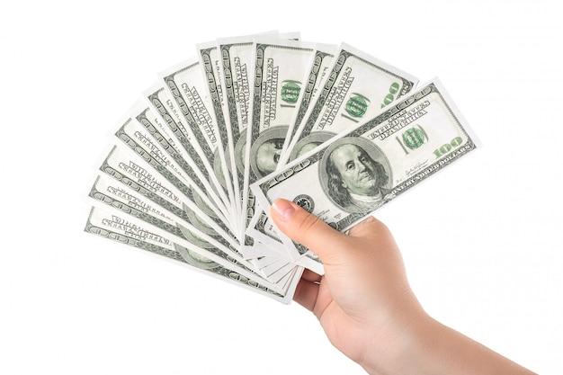白で隔離されるお金100ドル紙幣を持っている手