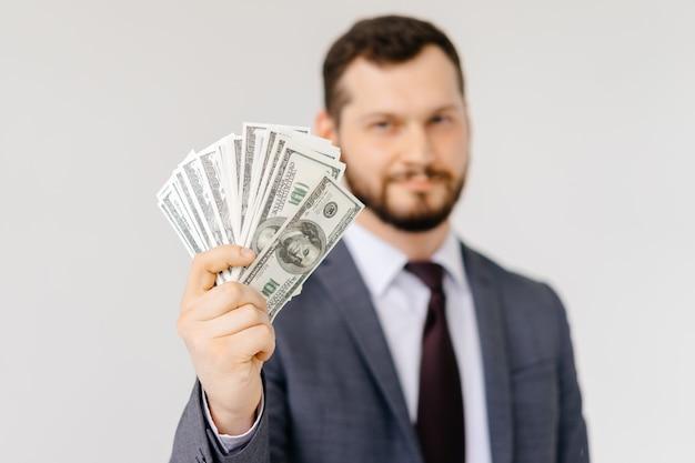 100ドル札を示す男