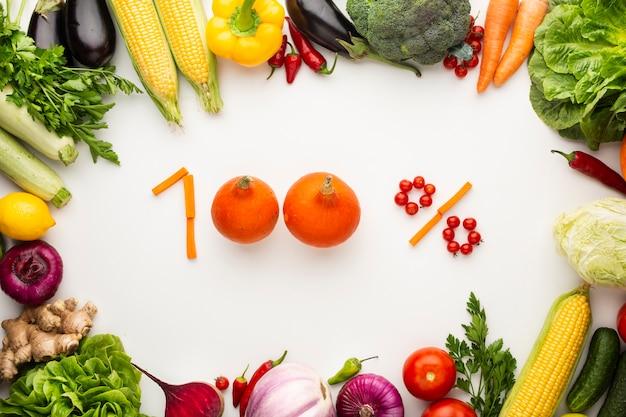 白い背景の上の野菜で作られた100%