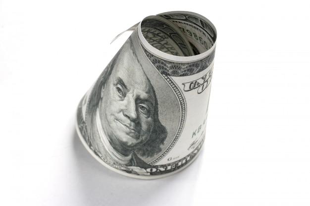 白い背景の上の100ドル札を飛んでください。