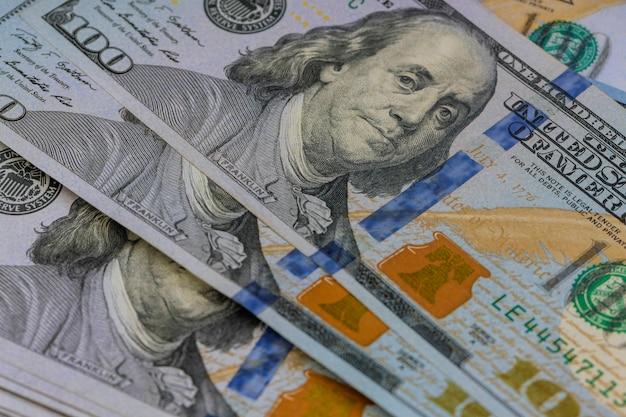 100ドル札の現金。