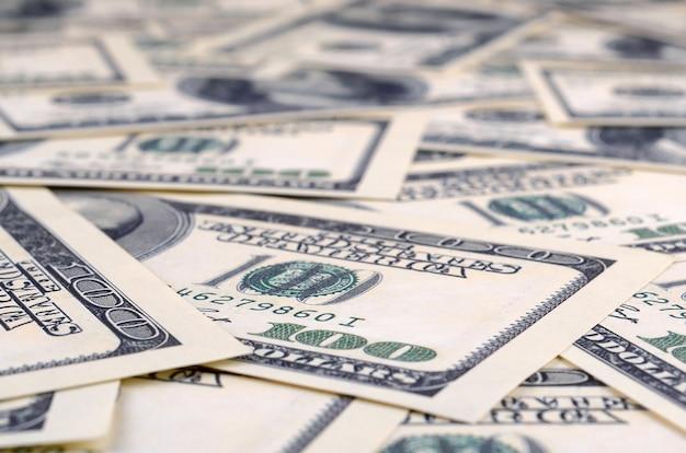 100枚の米国紙幣の山。