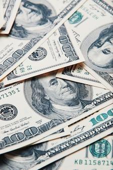 100枚の米国の紙幣の山。
