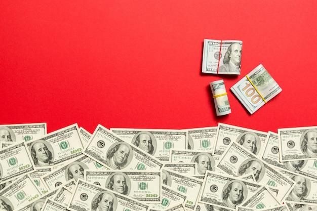 テキストビジネスお金のための空の場所での色のトップビューでアメリカのお金。現金のスタックで100ドル札