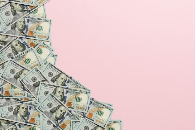 パステル調の背景に100ドル紙幣