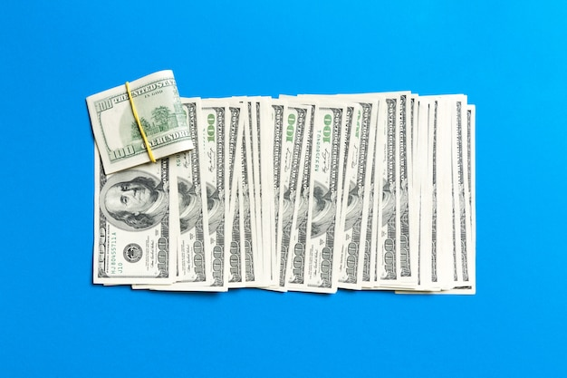 青の行に100ドル札のクローズアップ