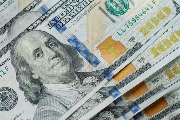 マクロは米国の100ドルでベンフランクリンの顔のクローズアップ