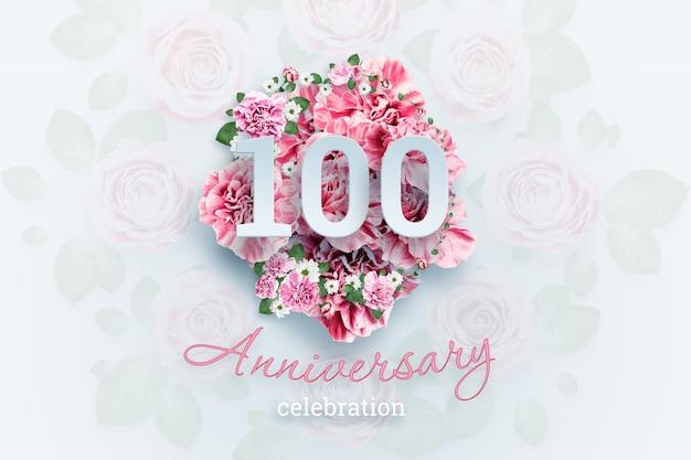 ピンクの花に100の数字と記念日のお祝いのテキストをレタリング