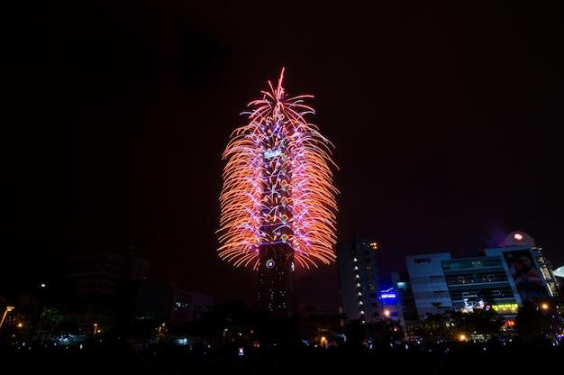 幸せな新年を祝うために夜の台北101の新年の花火