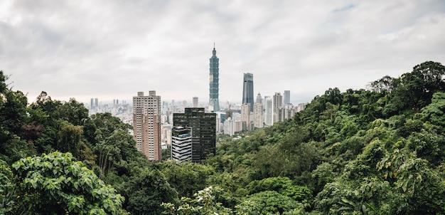 Воздушная панорама города тайбэй с тайбэй 101 небоскреб в сумерках