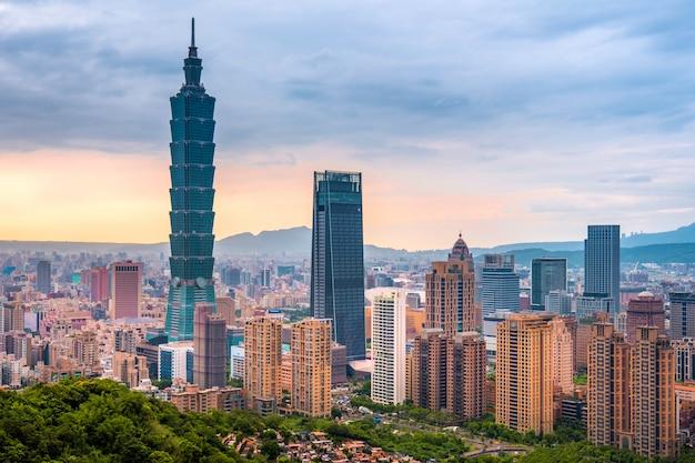 Горизонт тайбэя городской пейзаж тайбэй 101 здание финансового города тайбэй, тайвань