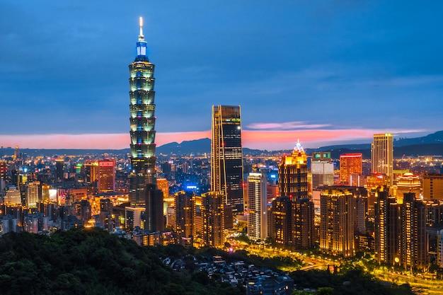 台北金融街、台湾の台北夜の街並み台北101ビルのスカイライン