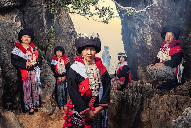Племя холма яо или миен на небе восхода солнца сумерк ландшафта над высокой точкой зрения 103 гор на деревне banphatang, районе wiang kaen, провинции chiang rai, северо-западном таиланде.