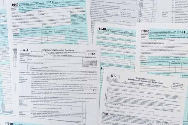 1040納税申告書が机の上にクローズアップ。課税時間。税金の概念