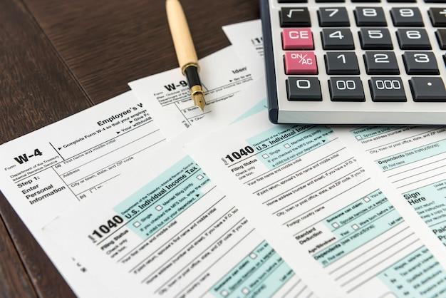 ペン付きの 1040 納税申告書、財務書類。書類