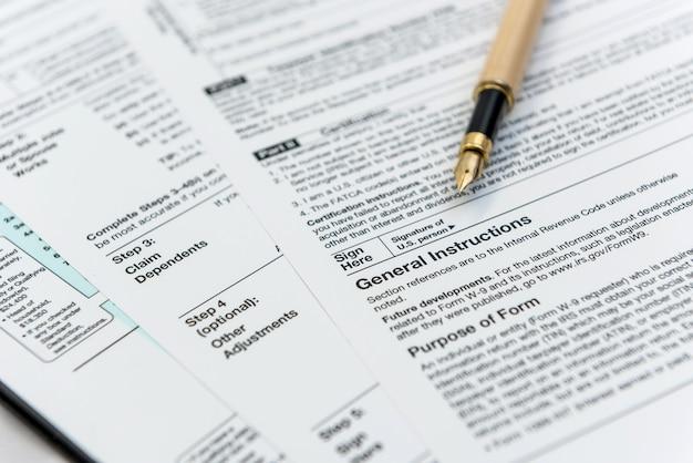 ペン付き1040納税申告書、財務書類。書類