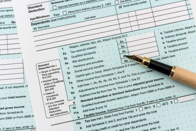 ペン付きの 1040 納税申告書、財務書類