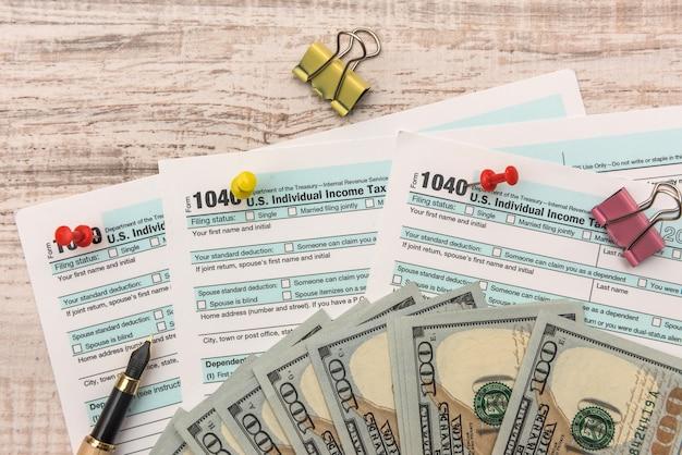 우리 돈과 펜 세금 개념 1040 세금 양식