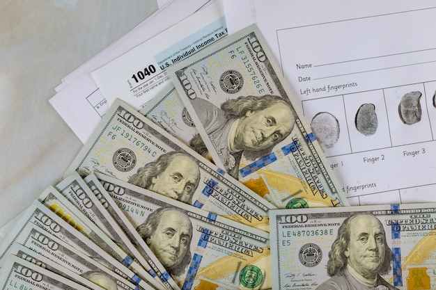 1040の個別納税申告書とドルビルの指紋記録