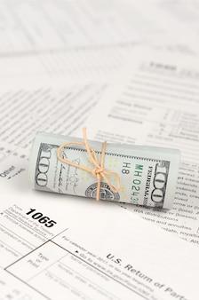 アメリカドル紙幣のロールを使用した1065米国の親の所得申告書