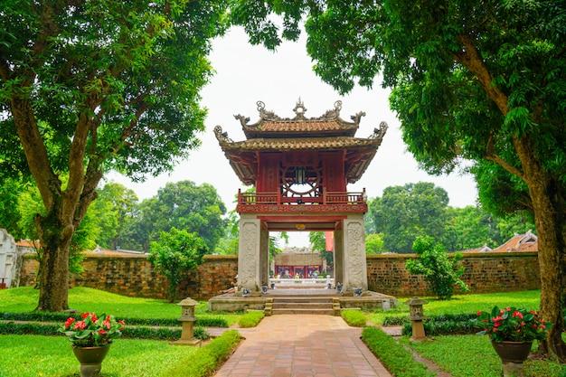 Храм культуры и храм литературы, достопримечательности ориентир в ханой вьетнам в зеленом парке первый национальный университет вьетнама. храм был построен в 1070 году во времена императора