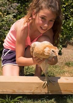 かわいい女の子、雌鶏と10年