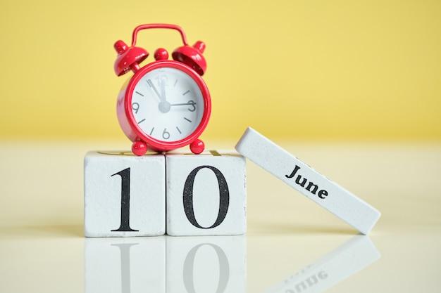 10-ое июня концепция календаря месяца на деревянных блоках.