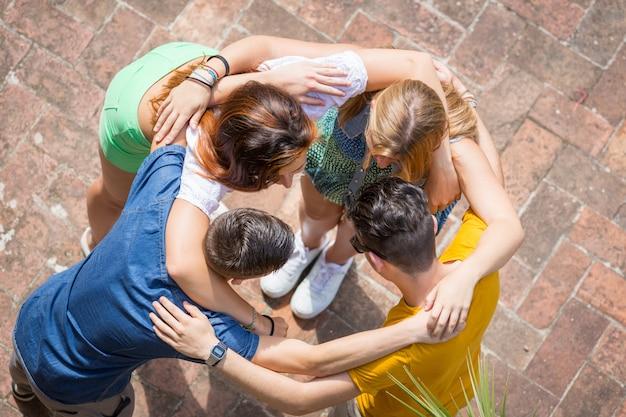 サークル、空撮に受け入れられた10代の若者のグループ