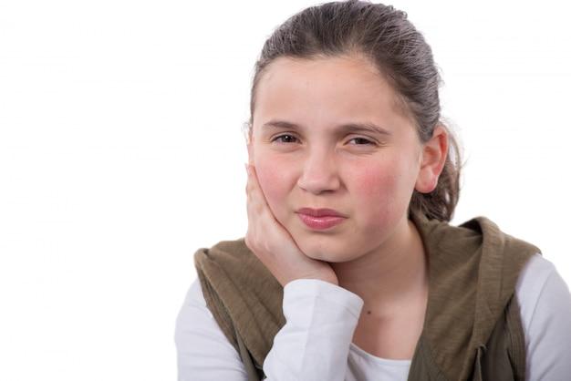 10代の少女は、白い背景で隔離の歯痛