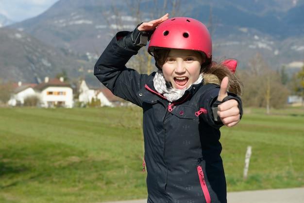 ローラーヘルメットを着ている10代の少女。