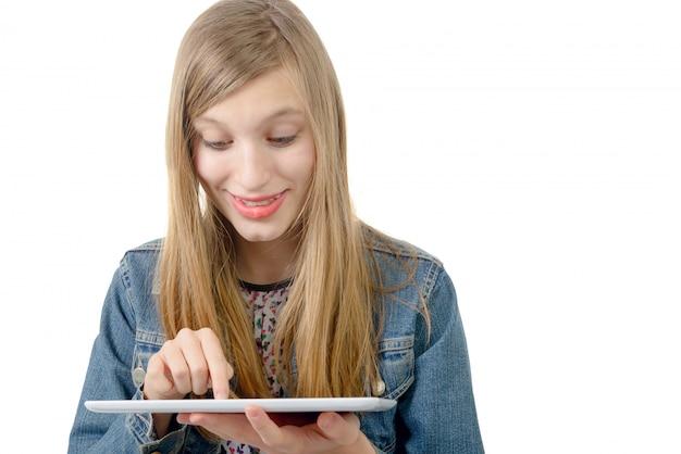 デジタルタブレットで10代の少女