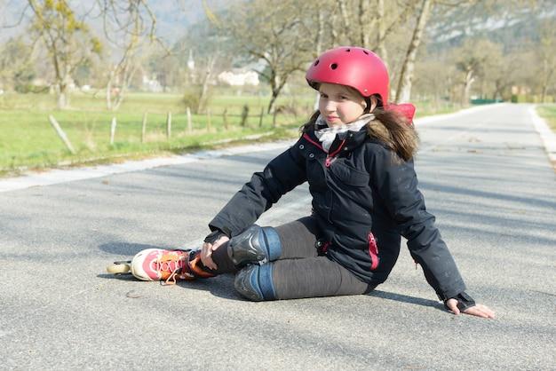 秋を取った後の痛みに顔をゆがめた若い魅力的な10代のスケーター