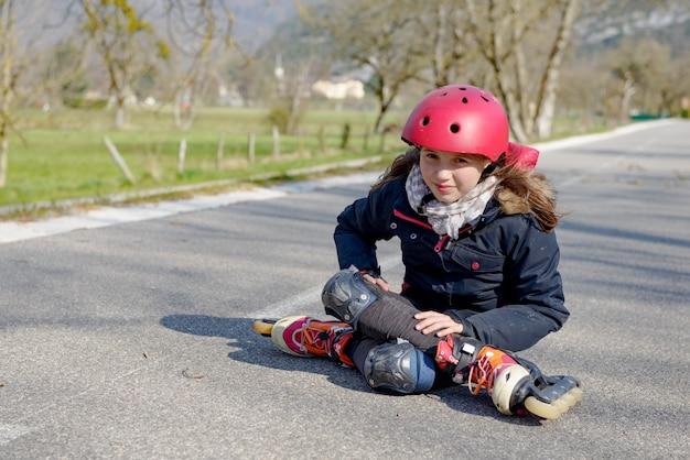 10代のスケーター、秋の痛みに顔をゆがめた