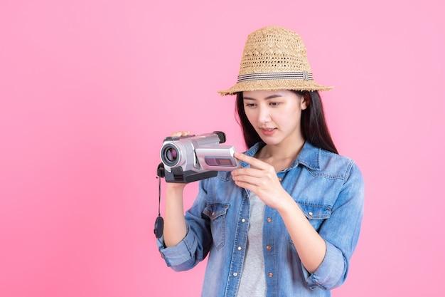 ピンクのかなり笑顔幸せな10代の肖像画