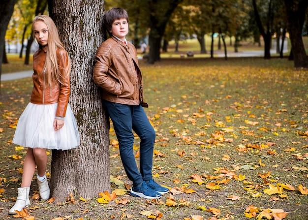 秋の公園で10代の少年と少女