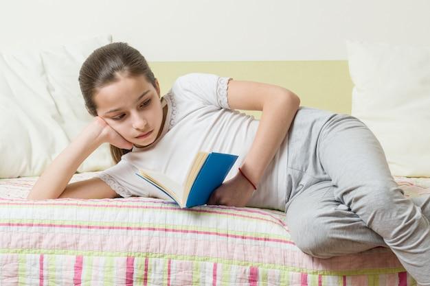 家で10代の少女は本を読みます