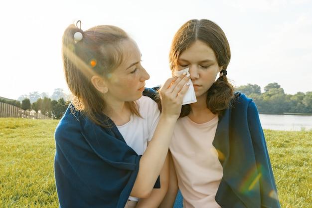 10代の少女は彼女の悲しい友人を慰めます