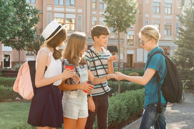 街で10代の若者の友達に笑顔