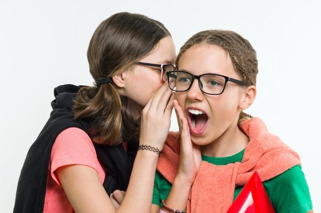 10代のガールフレンドは通信し、分泌し、笑顔