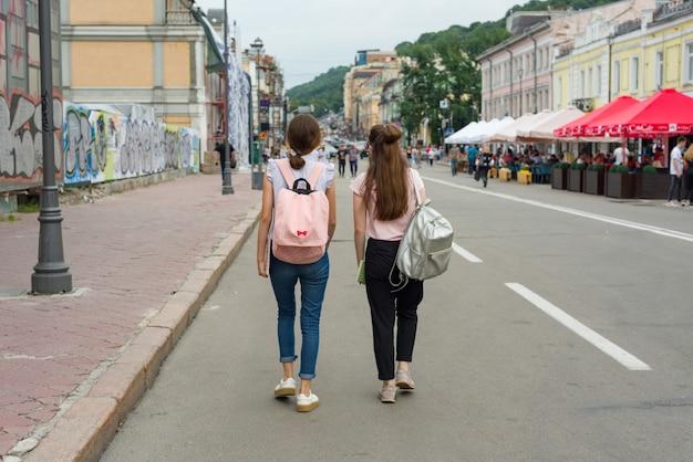 若い10代の女子学生が歩いています