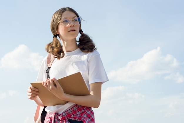 本を読んでバックパックと10代の少女