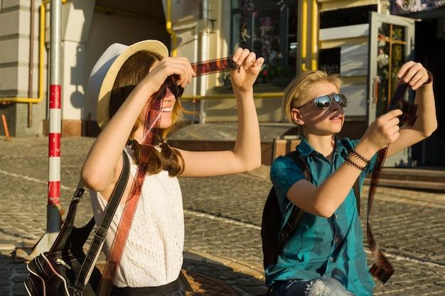 ネガフィルムを見ている10代の若者のカップル