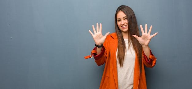 番号10を示す若い自然な女性