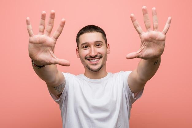 手で番号10を示すカジュアルな若者。